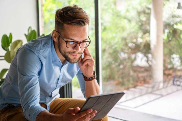 Mann stellt sein Sprachniveau nach international anerkanntem Standard mit NELA am Tablet fest