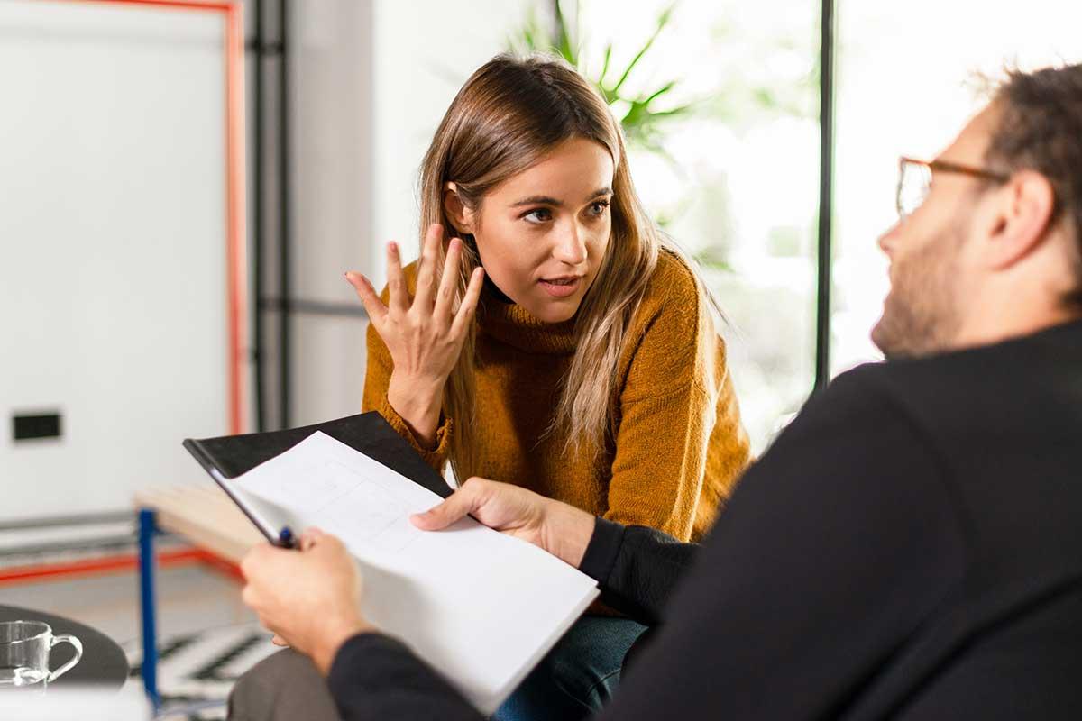 Frau macht NELA Sprachtest mit NELA Sprachlehrer