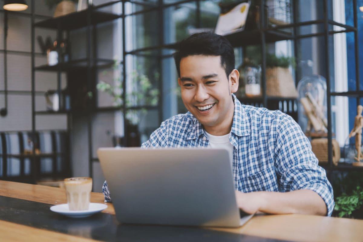 Schüler lernt im Business Englisch Sprachkurs online Geschäftsgespräche selbstbewusst auf Englisch zu führen