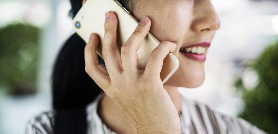 Sprachschülerin wendet Gelerntes aus dem Business Englischkurs im Telefonat mit Geschäftspartner an