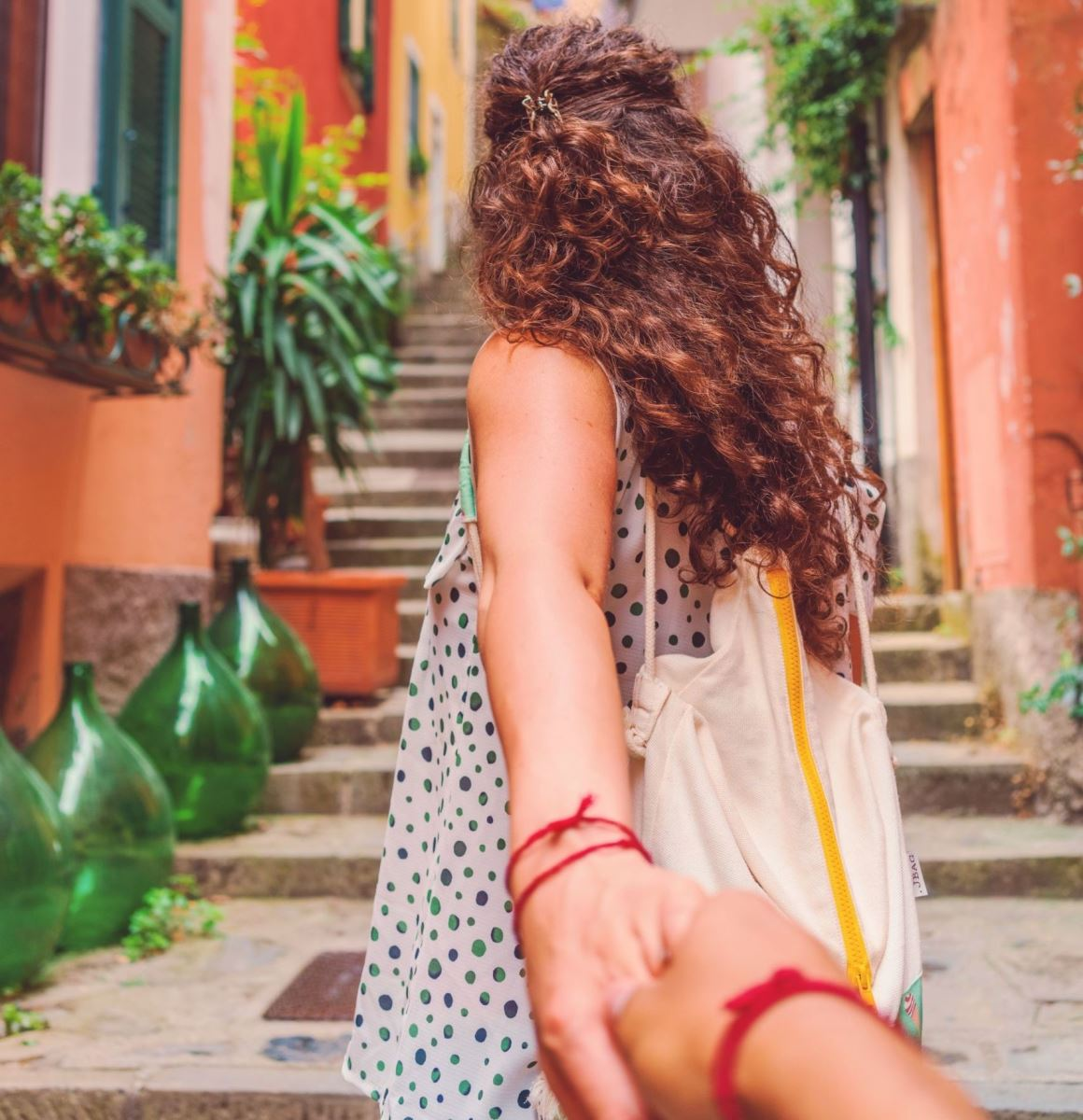 Frau nimmt Betrachter an die Hand genauso wie Gehirngerechtes Lernen zum Sprachenlernen motiviert