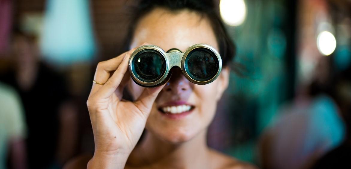Online Spanisch lernen und neues entdecken wie die Frau mit dem Fernglas