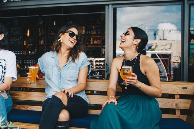 Deutsch Sprachkurs Schülerin unterhält sich mit einer deutschsprachigen Freundinn an der Bar