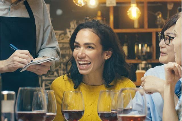 Spanisch Schülerin wendet Gelerntes aus dem Sprachunterricht im Restaurant an