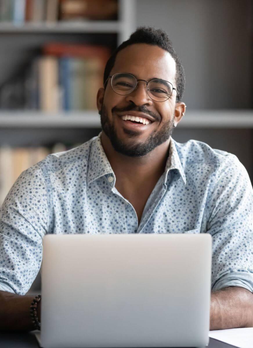 Englisch Kurs Sprachschüler hat Spaß am Englisch lernen am Laptop für seinen Auslandsaufenthalt